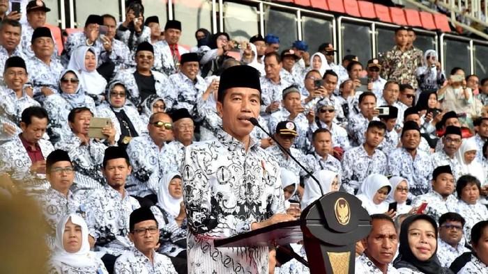 Presiden Jokowi Menghadiri puncak peringatan Hari Guru Nasional Tahun 2018 dan HUT ke-73 Persatuan Guru Republik Indonesia (PGRI) di Stadion Pakansari, Kabupaten Bogor
