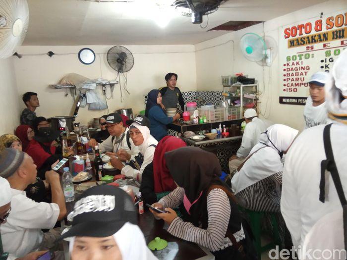 Karena mayoritas berpakaian putih, peserta aksi bagaikan memutihkan warung makan.