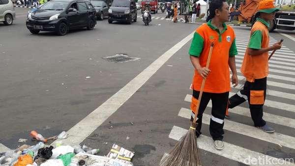 Butuh 1.080 Pasukan Oranye Bersihkan Monas Usai Reuni 212