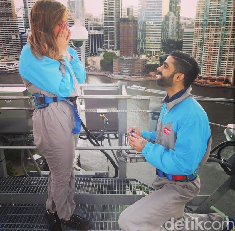 Inilah momen saat Luke, salah seorang warga Brisbane saat melamar pacarnya di atas Story Bridge, jembatan paling ikonik di Brisbane, Australia. (dok. Story Bridge Climb Adventure)