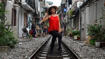 Demi Foto Instagramable, Orang-orang Ini Bertaruh Nyawa di Rel Kereta Api