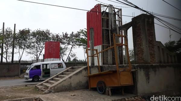 Gapura kawasan Anyer tampak mangrak, rupanya pernah tersandung kasus korupsi. Gapura itu memang berdiri, tapi hanya sebatas bentuk bangunan yang masih diplester kasar, ditutupi bambu dengan cat merah putih (M Iqbal/detikTravel)