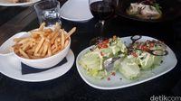French fries dan Salad (Melisa/detikTravel)