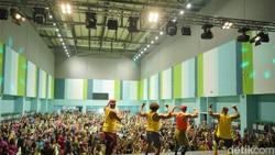 Pertama kalinya di Indonesia, Pencipta Zumba, Beto Perez melatih lebih dari 500 instruktur zumba diadakan di GBK Arena.