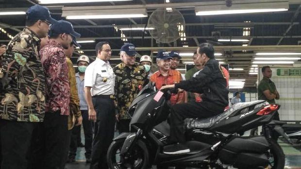 Jokowi menunggani skutik mesin 250 cc, Xmax di pabrik Yamaha, Pulo Gadung Jakarta Timur pada hari ini Senin (3/12).