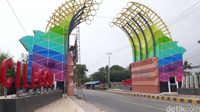 Inilah Gapura Cilegon yang berdiri tegak, bangunannya yang warna-warni tampak sedap dipandang mata. Lampu penerangan pun berjejer di bawah tulisan Cilegon pada gerbang itu (M Iqbal/detikTravel)