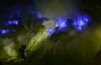 Selain pemandangannya yang indah, Kawah Ijen punya Blue Fire yang konon hanya ada dua di dunia lho. (Istimewa)