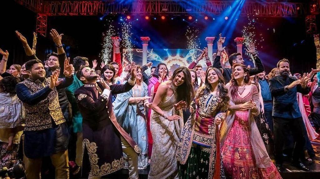 Foto: Penampilan Priyanka Chopra Bak Ratu Bollywood di Pesta Pernikahannya