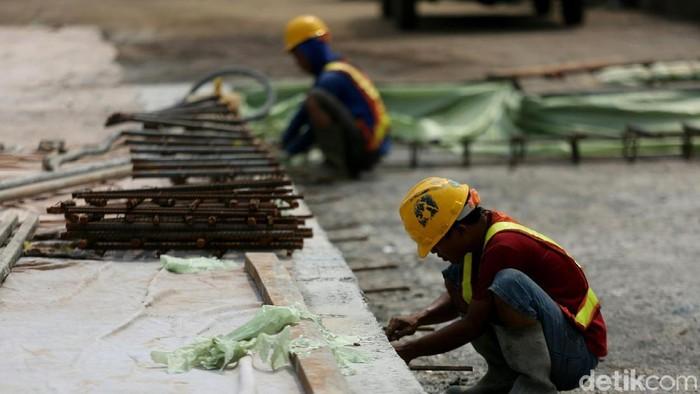 Jalan KH Noer Ali di Bekasi rusak parah akibat proyek Tol Becakayu. Kini petugas dari Waskita Karya tengah memperbaiki jalan tersebut.