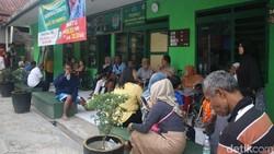 Ada macam-macam terapi alternatif yang dikenal. Terapi listrik Kapten Tatang lagi ngehits di Bogor, sempat viral karena mengobati Mat Solar yang kena stroke.