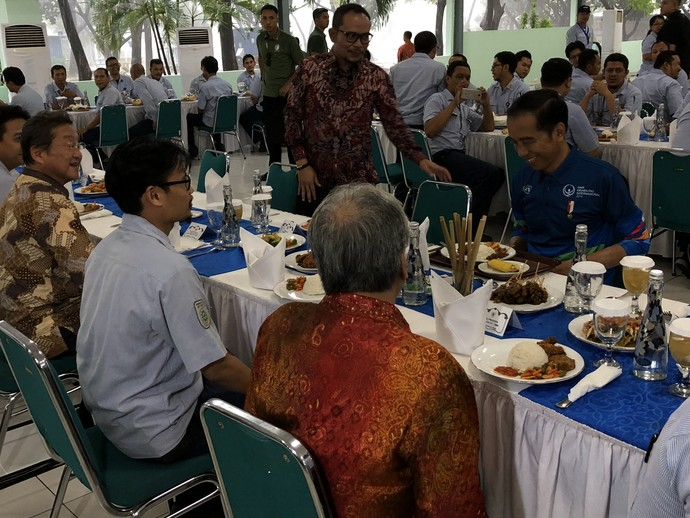Jokowi di Pabrik Yamaha, Naik Xmax dan Makan di Kantin Karyawan