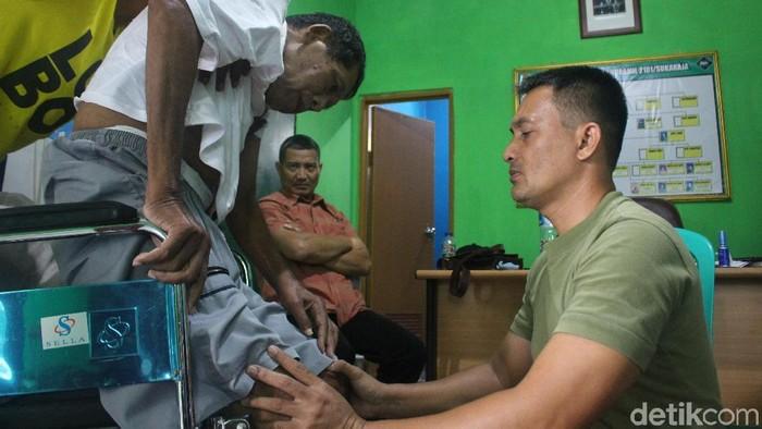 Kapten Tatang mempraktikkan terapi listrik ke pasiennya (Foto: Kirei/detikHealth)