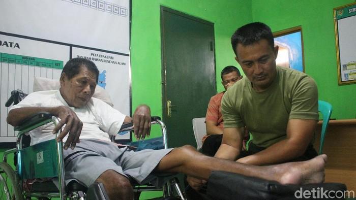 Mengobati pasien jadi kesenangan tersendiri bagi  Kapten Tatang. (Foto: Kireina/detikHealth)