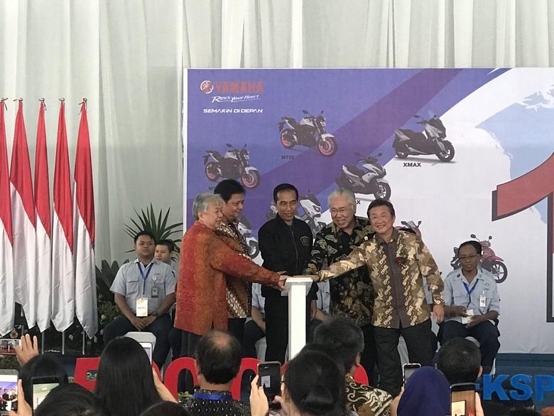 Jokowi saksikan ekspor Yamaha Foto: Robi Setiawan/detikcom
