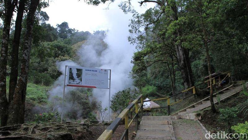 Kawah Hujan ada di kawasan wisata Kawah Kamojang, Kabupaten Bandung. Ternyata turis datang ke sini untuk terapi kesehatan. (Wisma Putra/detikTravel)