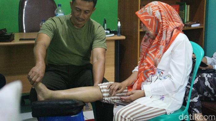 Ati, pasien Kapten Tatang yang jalani terapi listrik. Foto: Kirei/detikHealth