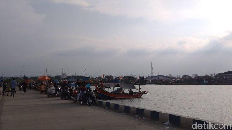 Menikmati senja di pantai merupakan momen yang paling digemari. Di Cirebon ada pantai favorit wisatawan saat akhir pekan yakni Pantai Kejawanan. (Sudirman Wamad/detikTravel)