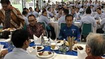 Ditemani Anies, Jokowi Makan Siang Bareng Karyawan Pabrik Motor