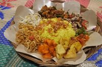 Nasi Bedagang: Gurih Pedas Nasi Kuning Ambon dengan Suwiran Ikan Cakalang