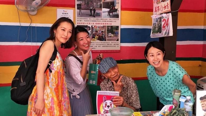Huang Yung-fu, pelukis di Rainbow Village Taiwan (Eliot Stein/BBC Travel)
