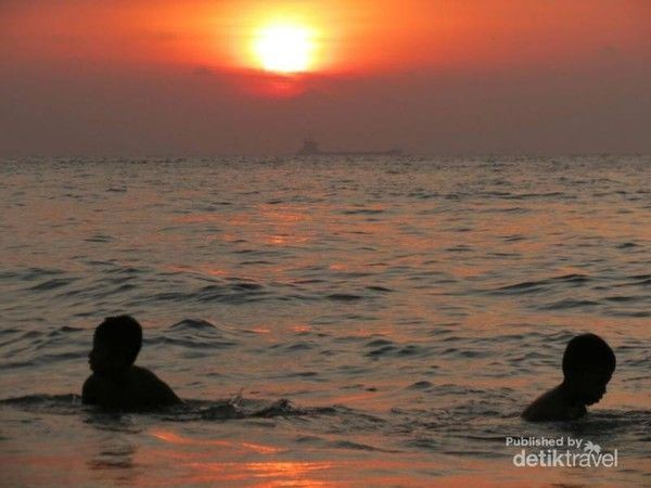 Pantai Pasir Putih Sirih juga jadi salah satu destinasi terbaik untuk melihat sunset di Anyer (Indah N Syarifah/dTraveler)