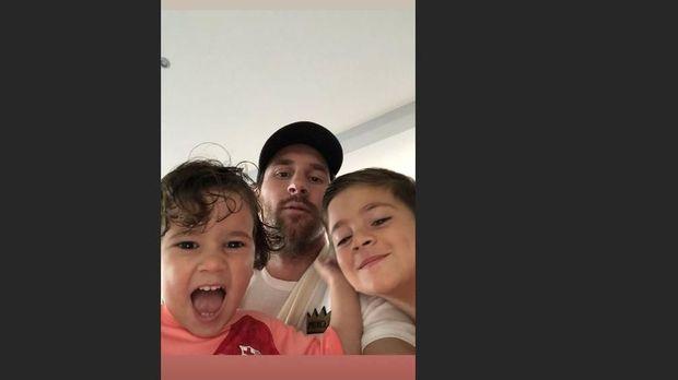Lionel Messi berfoto bersama dua putranya, Thiago dan