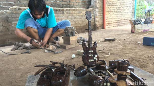 Berkah Kerajinan dari Limbah Batok Kelapa di Mojokerto