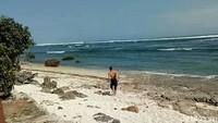 Tak kalah dengan Pantai Pulau Merah, Pantai Plengkung memiliki ketinggian ombak 6 hingga 8 meter. Pantai ini kerap disebut dengan julukan G-Land. (Ardian Fanani/detikTravel)