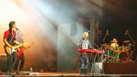 Selain tampil di acara resepsi pasangan kaya dari Surabaya, MLTR juga menggelar konser di Bandung. Trio asal Denmark itu berhasil memukau ribuan penonton. Foto: Dok. Purnadaya Media Relation
