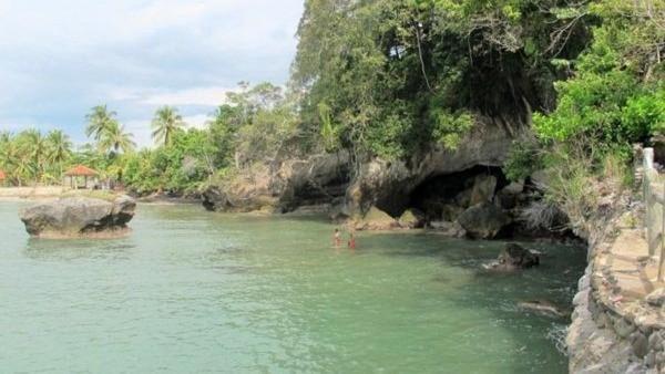 Pantai Karang Bolong yang cantik di Anyer. Sesuai namanya, pantai ini terkenal karena karangnya yang bolong (Shafa/detikTravel)