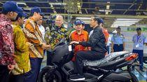 Intip Gaya Jokowi Saat Tunggangi Skutik Bongsor Yamaha Xmax