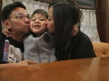 Astrid dan Arlan dikaruniai seorang putra bernama Alec Djuara Djoewarsa. Duh, so sweet banget ya keluarga kecil ini. (Foto: Instagram/astridbasjar)