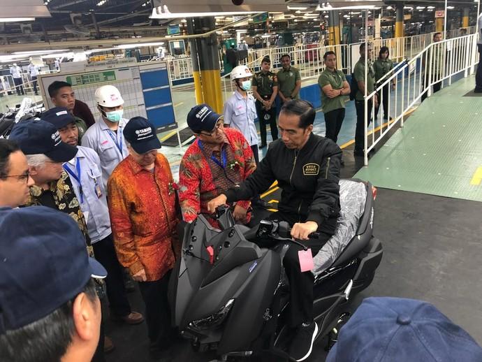 Saat Jokowi Duduk di Atas Yamaha Xmax