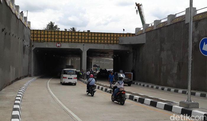 Underpass Karangsawah memiliki panjang 46 meter.