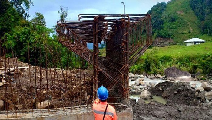 Di proyek tersebut besi-besi untuk tiang jembatan sudah mulai dibangun. Istimewa/Ditjen Bina Marga Kementerian PUPR.