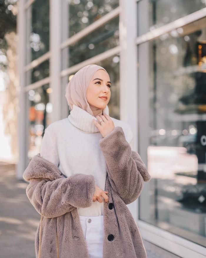 Leena aktif menulis di blognya, www.withloveleena.com yang membahas soal fashion hingga lifestyle. Kini Leena punya lebih dari 637 ribu followers. Foto: Instagram withloveleena