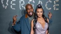 Tak seperti biasanya, Kanye West tampil konyol saat berpose bersama Kim Kardashian. Foto: Roy Rochlin/Getty Images