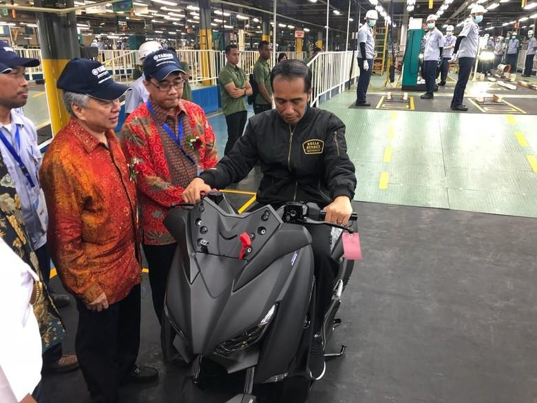Jokowi saat naik Xmax di Pabrik Yamaha. Foto: Ray Jordan