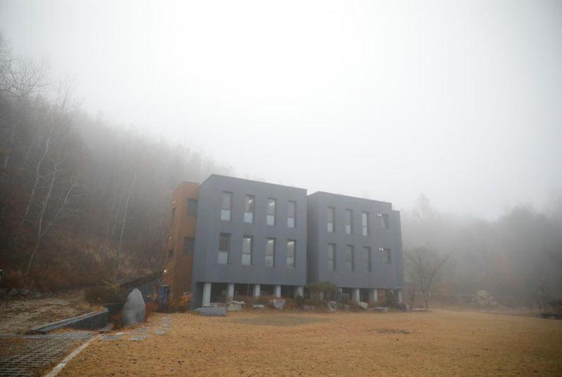 Inilah Hotel Prison Inside Me. Penginapan ini berlokasi di timur laut Hongcheon, sekitar satu jam dari Kota Seoul, Korea Selatan. Penginapan ini memberikan pengalaman yang berbeda karena memiliki tema penjara. (Kim Hong Ji/Reuters)
