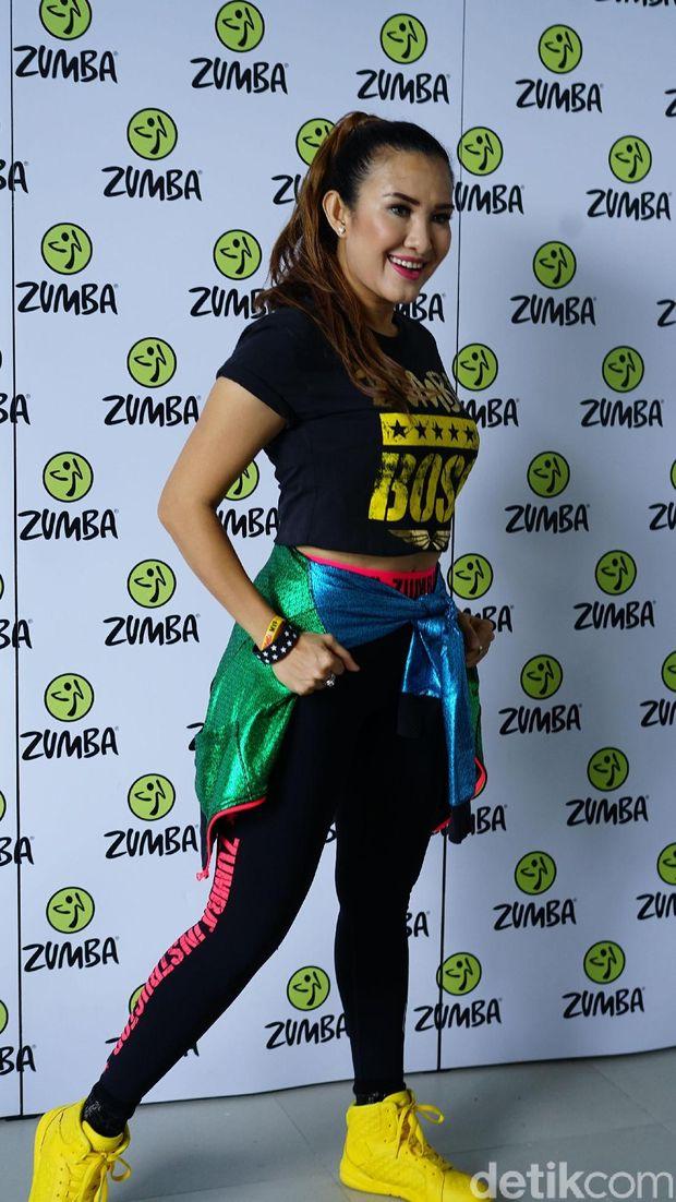 Berkat olahraga teratur dan pola makan seimbang, Liza Nalatia sukses menurunkan bobot 8 kg hanya dalam 3 bulan. Ramping kan?