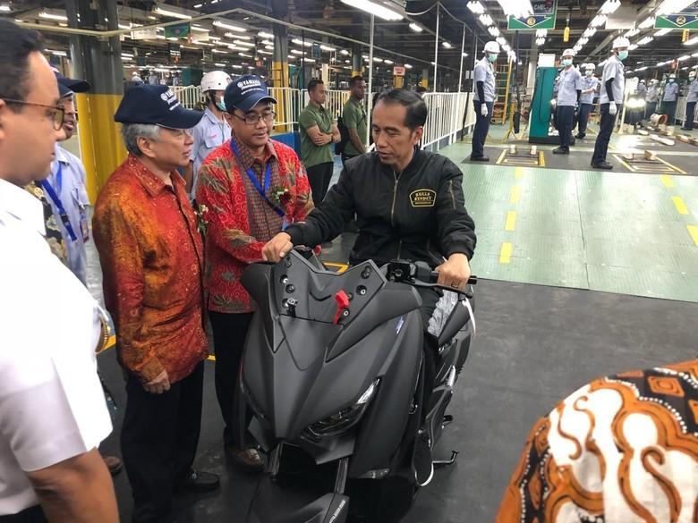 Jokowi saat duduk di atas skutik bongsor Xmax. Foto: Ray Jordan