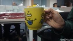 Coba deh perhatikan cara kamu memegang cangkir saat minum kopi atau teh. Ternyata cara tangan memegang cangkir juga bisa tunjukkan kepribadian seseorang, lho.