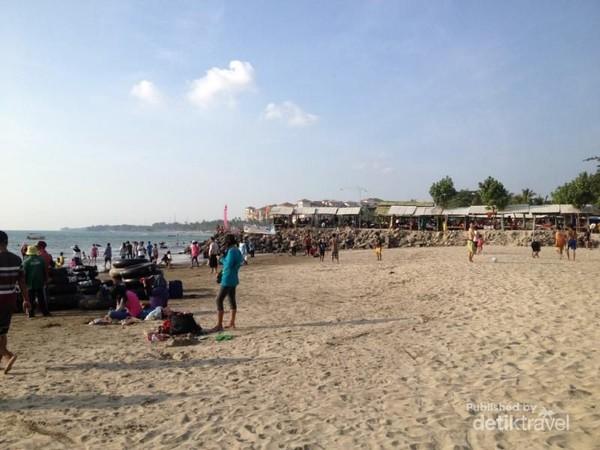 Selain Carita, Pantai Pasir Putih Sirih di Anyer juga jadi favorit traveler. Karakteristik pantainya cukup landai, berpasir halus dan pas untuk wisata keluarga (Indah N Syarifah/dTraveler)