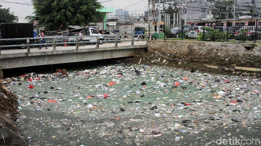 Petugas Badan Air Singkirkan Sampah di Kali Samping Stasiun Duri