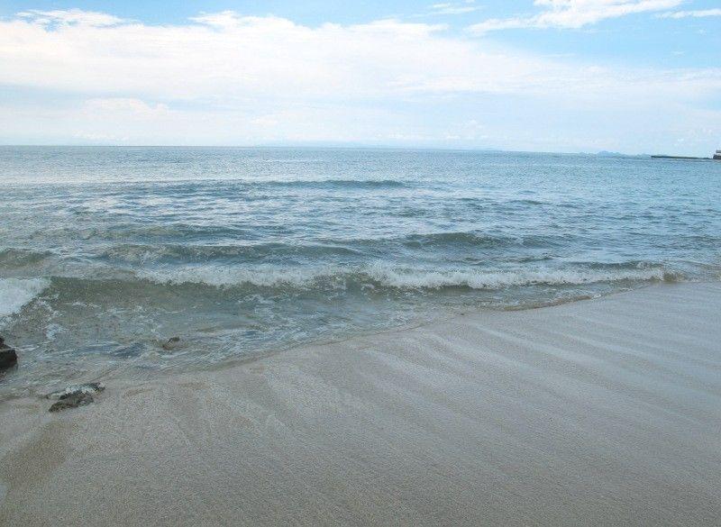 Pantai Jambu di Desa Bulakan, Serang. Patokan persisnya, Pantai Jambu terletak di Jl Raya Anyer, 850 meter dari Hawaii Club Bali Resort ke arah Pantai Anyer (Shafa/detikTravel)
