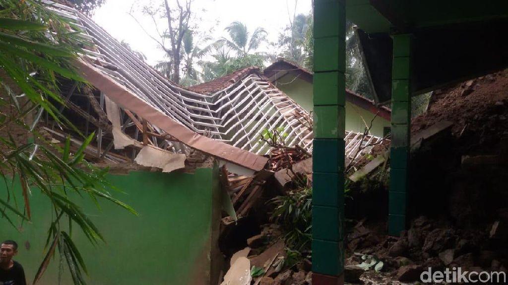 Gedung Sekolah di Banjarnegara Ambruk Tertimpa Longsor