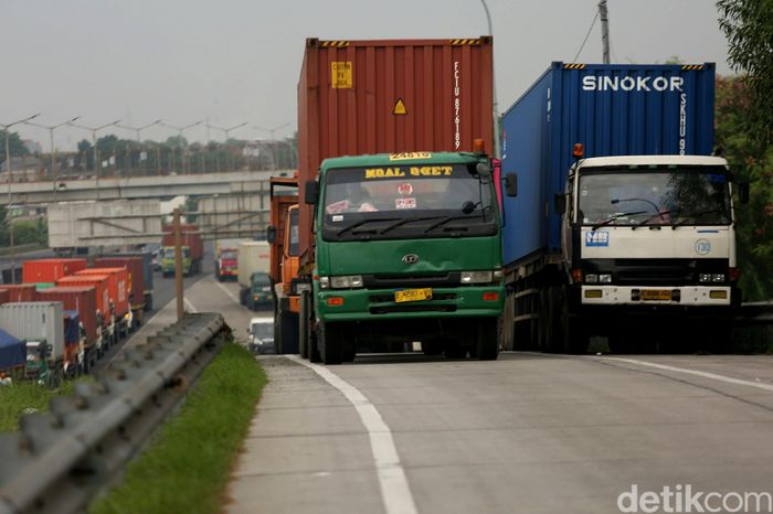 Truk kontainer memadati bahu jalan tol Bintara, Kota Bekasi, Jawa Barat, Selasa (4/12/2018).