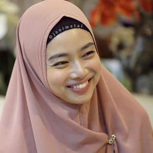 Gaya Ratu Wushu Lindswell Kwok Berhijab Syari, Teduh Pakai Warna Pastel