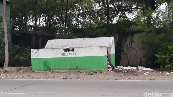 Tempat sampah di dekat gerbang wisata Anyer (M Iqbal/detikTravel)