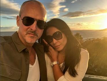 Saat mereka mengujungi Canary Islands, wefie dulu dengan suami. Seru ya menikmati sunset bersama orang tersayang. (Foto: Instagram @anggun_cipta)